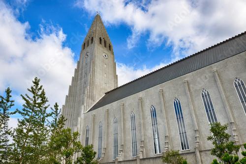 Fotografia, Obraz  Hallgrimskirkja, white lutheran cathedral in Reykjavik
