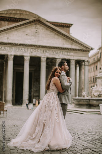 Photo  Young wedding couple by Pantheon in Rome, Italy