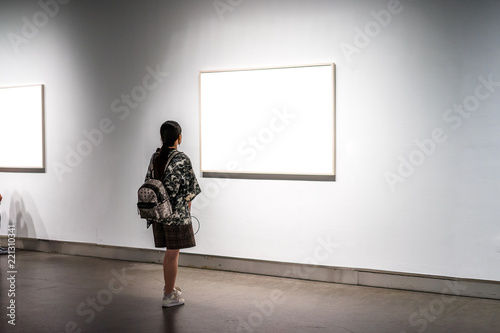 Valokuvatapetti asia woman standing in front of blank board