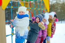 дети играют и веселятся на зимней игровой площадке