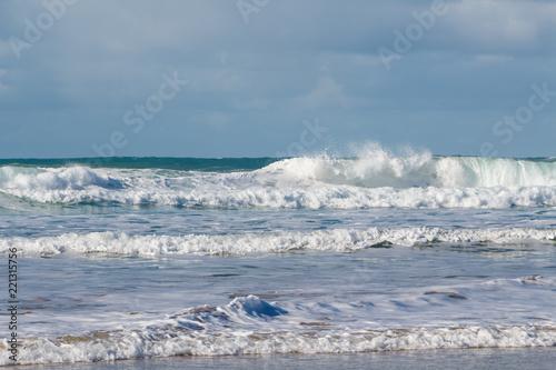 Fotografie, Obraz  Vagues s'écrasant sur une plage en Bretagne