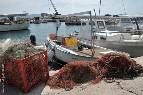 Spoed Foto op Canvas Poort Fischerboot im Hafen von Igrane