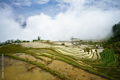 In de dag Rijstvelden Terraced rice field in water season, the time before starting grow rice, with clouds on background in Y Ty, Lao Cai province, Vietnam