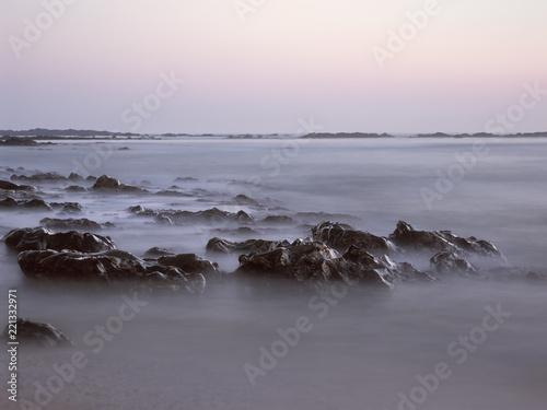 Photographie  Wet sea rocks at dusk