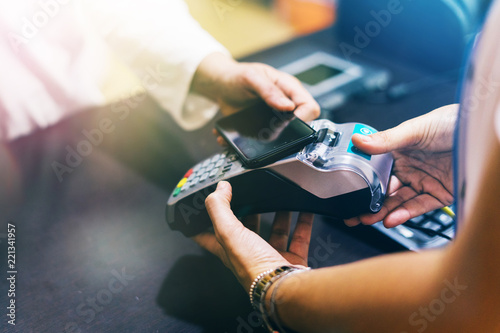 Fotografia woman use smartphone to make mobile payment with electronic reader