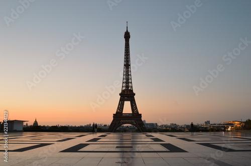 Poster Tour Eiffel Eiffel Tower at sunrise.