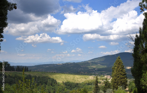 Foto  Panorama im malerisches Chianti mit blauem Himmel, weißen Wolken und grünen Hüge
