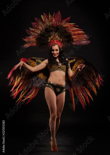 Foto  Woman in brazilian carnival costume.