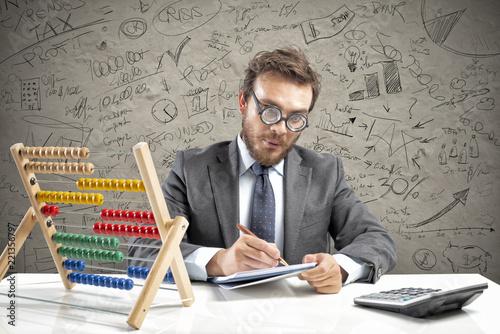 Fotografía Nerd accountant does calculation of company revenue