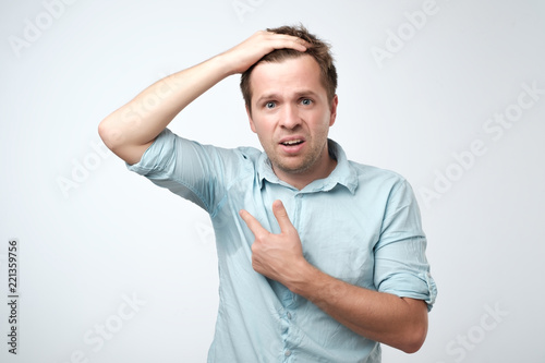 Fotografia Young man in blue shirt with sweat trail on it