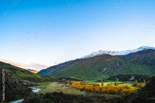 Fotobehang Landschap Stunning landscape view of green grass field and snow mountain in autumn. Diamond lake track, Wanaka, New Zealand.