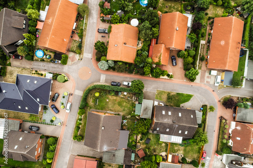 Fotografia  Vertical view from the air with vertical view of houses, roofs and streets of a