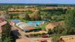 Paisaje natural vista panorámica del valle con árboles, las piscinas públicas, y casas rurales desde un mirador de la Mota en Benavente - Zamora - España