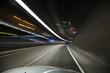 Auto fährt durch Lichtermeer im Tunnel