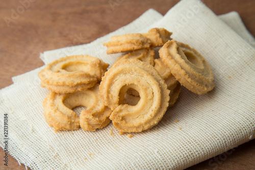 Keuken foto achterwand Koekjes Butter cookies on white linen on wooden table.