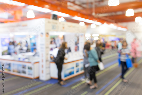 Fotografia  Abstract blurred event exhibition with people background, business convention show concept