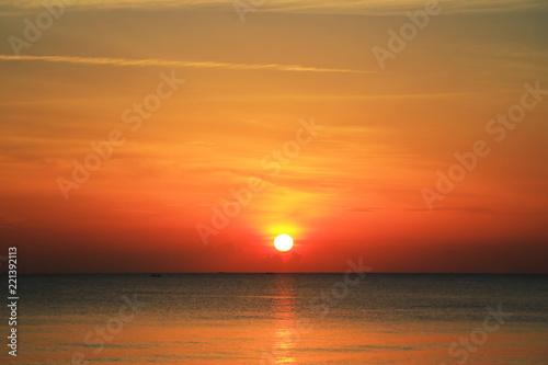 Poster Mer coucher du soleil beautiful sunrise on the beach
