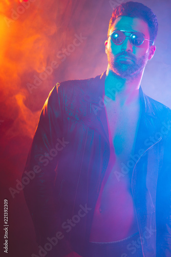 Portrait of young man in leather jacket and sunglasses Fototapet