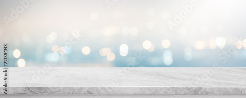 Fotografía  Empty white stone marble table top and blurred abstract bokeh light banner background - can used for display or montage your products