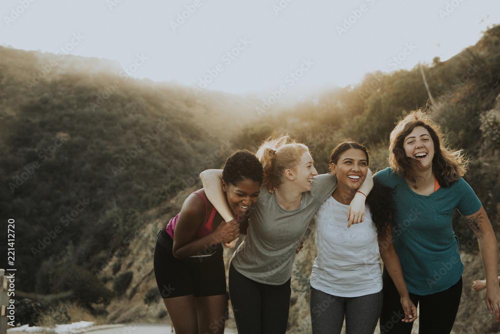 Fototapeta Friends hiking through the hills of Los Angeles