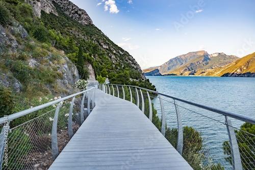 Cuadros en Lienzo Bicycle road and footpath over Garda Lake