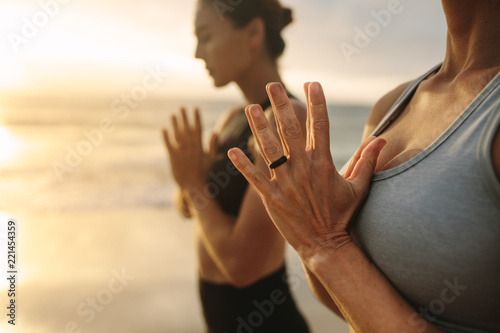 Staande foto School de yoga Women practicing yoga at the beach