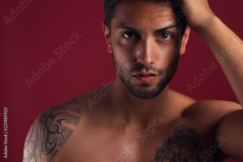 Fotografía  Sexy closeup portrait of handsome topless male model with beautiful eyes