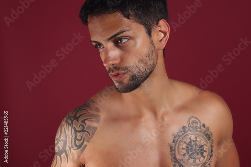 Fotografía  Sexy closeup portrait of handsome topless male model with beautiful brown eyes