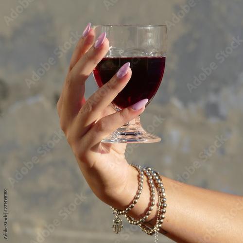 Mano Di Donna Con Bicchiere Di Vino Rosso Stock Photo Adobe Stock