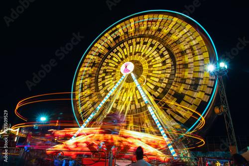 Zdjęcie XXL Karnawał, park rozrywki w nocy Diabelski młyn w ruchu, miasto światła nocy.
