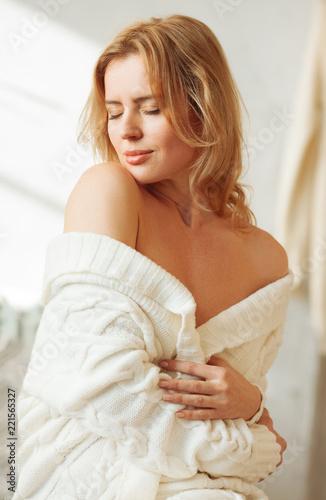 Fotografía  Sensual attractive woman undressing in the bedroom