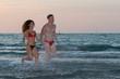 coppia di innamorati al tramonto nel mare adriatico