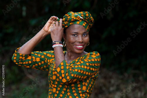 Cuadros en Lienzo close-up of young african woman, happy.
