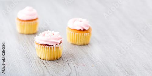 Photo  Tasty cupcake on wooden background