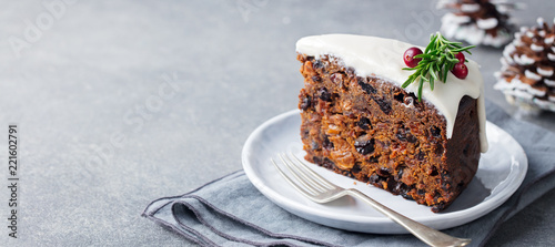 Photo sur Toile Dessert Christmas fruit cake, pudding on white plate. Copy space.