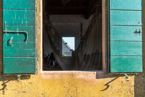 Gelbe Fassade Mit Offenstehendem Fenster Mit Grunen Fensterladen
