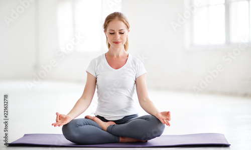 Poster Ecole de Yoga woman practicing yoga and meditating in lotus position
