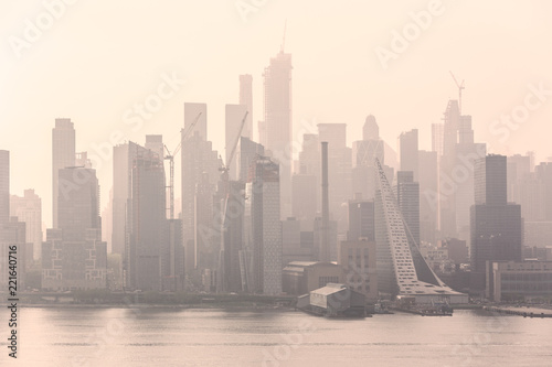 Foto op Aluminium New York City New York City midtown Manhattan skyline panorama view from Boulevard East Old Glory Park over Hudson River on a misty morning.