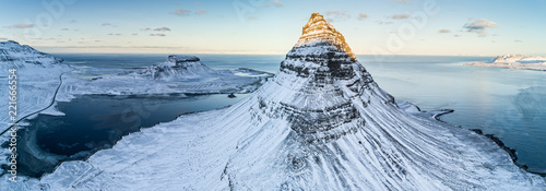 Montage in der Fensternische Insel Famous Kirkjufell mountain in winter, Iceland