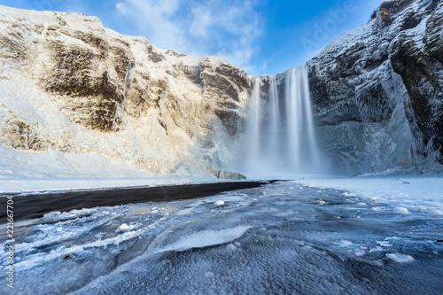 Montage in der Fensternische Wasserfalle Beautiful Skogafoss waterfall in winter. Iceland.