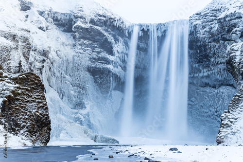 Montage in der Fensternische Wasserfalle Beautiful Skogafoss waterfall in winter. Iceland.