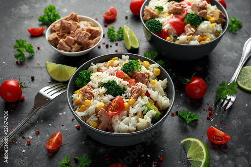 Photo Stands Ready meals Fresh Tuna rice salad with sweet corn, cherry tomatoes, broccoli, parsley and lime in black bowl