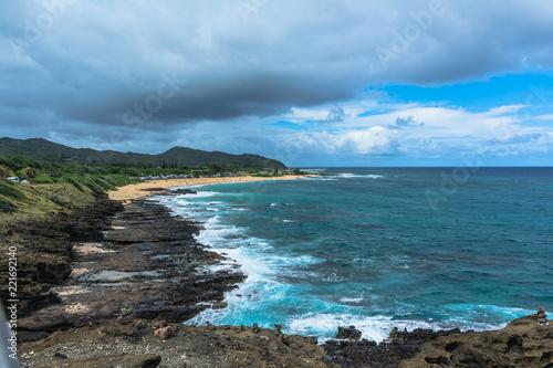 Photo  The rocky coast and the sand beach along Halona in Oahu, Hawaii