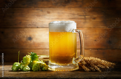 Poster Bier / Cider Mug of beer with green hops and wheat ears