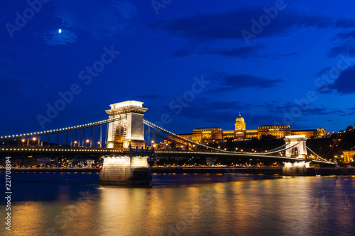 In de dag Boedapest Chain bridge at night in Budapest, Hungary