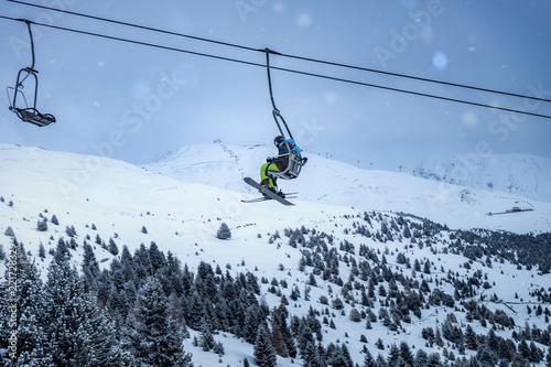 Ski und Snowboardfahrer in einem Skilift