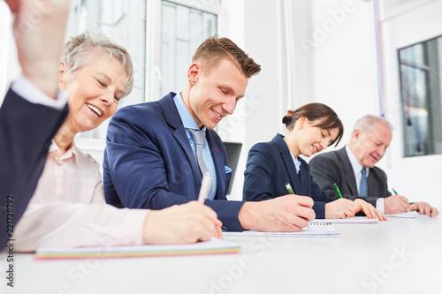 Fotografía  Mitarbeiter schreiben Test im Seminar