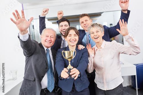 Fotografiet  Geschäftsleute als Sieger Team mit Pokal