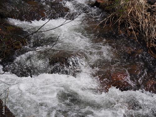Deurstickers Rivier 雪解けで水量が多い小川