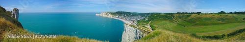 vue panoramique de la plage et des falaises d'Etretat. Normandie, France - 221750116